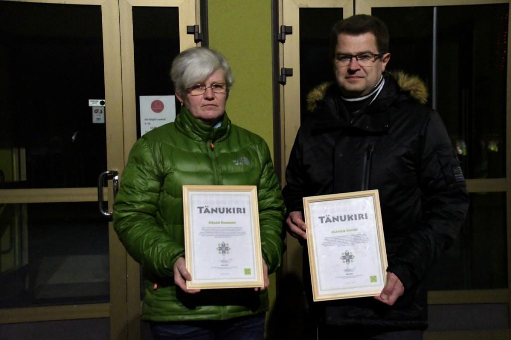 Helen Parmen ja Marko Šorin enne koduteele asumist Sindi seltsimaja ees Foto Urmas Saard