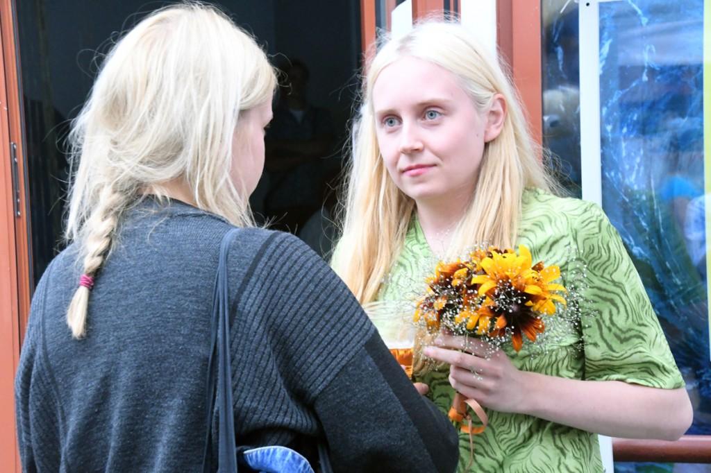 Helena Keskküla võtab vastu õnnitlusi ja lilli Foto Urmas Saard
