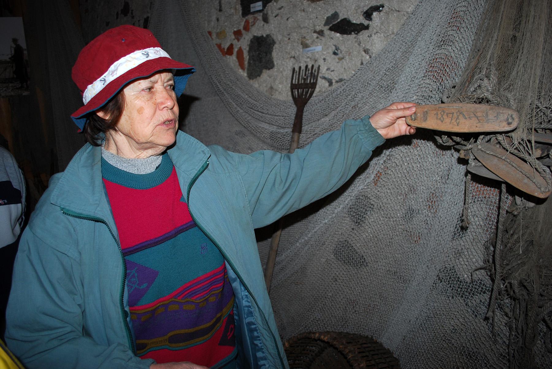 Helgi Roots tutvustab Audru muuseumi museaale. Foto: Urmas Saard  / Külauudised
