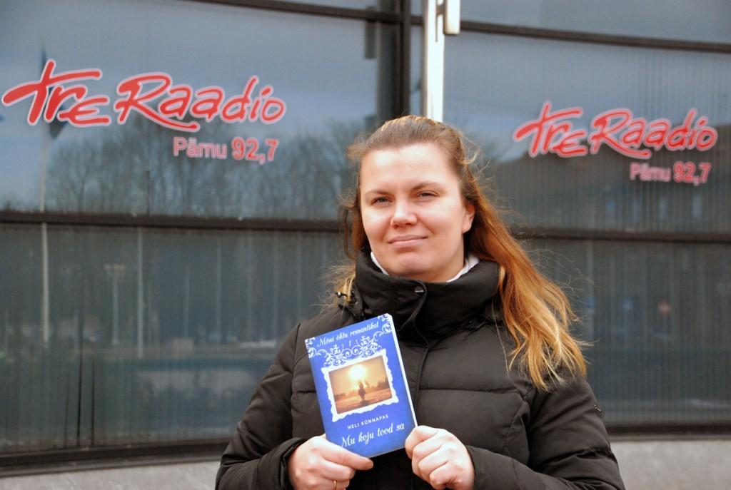 Heli Künnapas oma sünnipäevanädalal TreRaadio ees Foto Urmas Saard