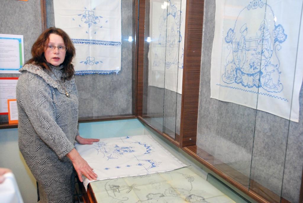 Helin-Helme Mugamäe siniste tikanditega Sindi muuseumis Foto Urmas Saard