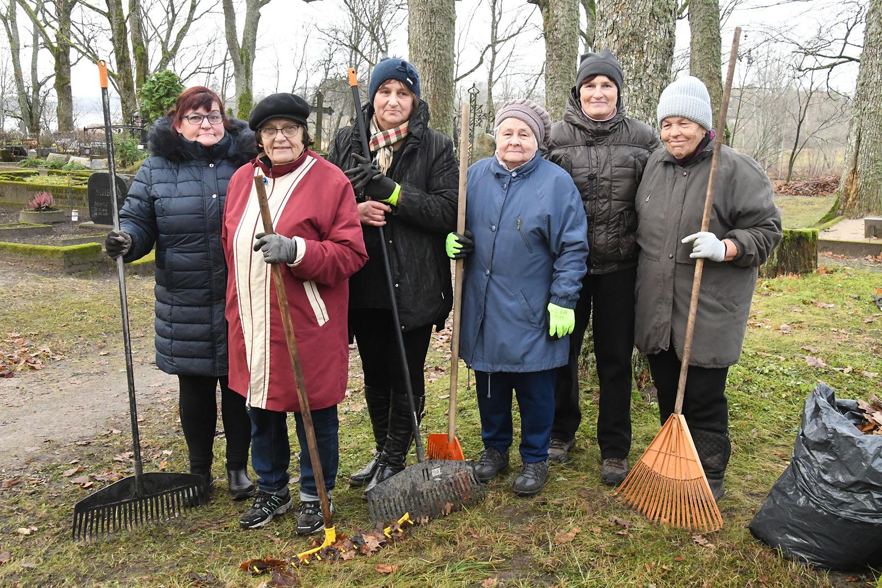 Helju Lekk, Ilme Kask, Maria Vesselov, Urve Saks Kukk, Juta Velleste (vasalt kolmas), Leiu Tünder (vasakult viies). Foto Urmas Saard