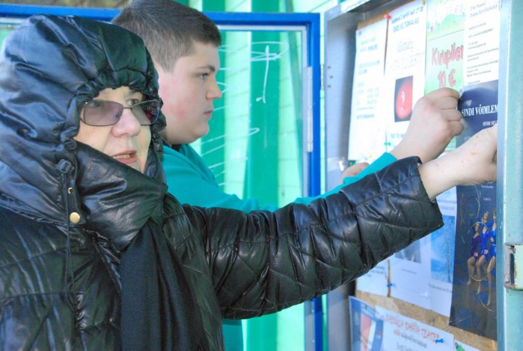 Helle Vent paneb koos abilisega võimlemispeo plakateid välja Foto Urmas Saard