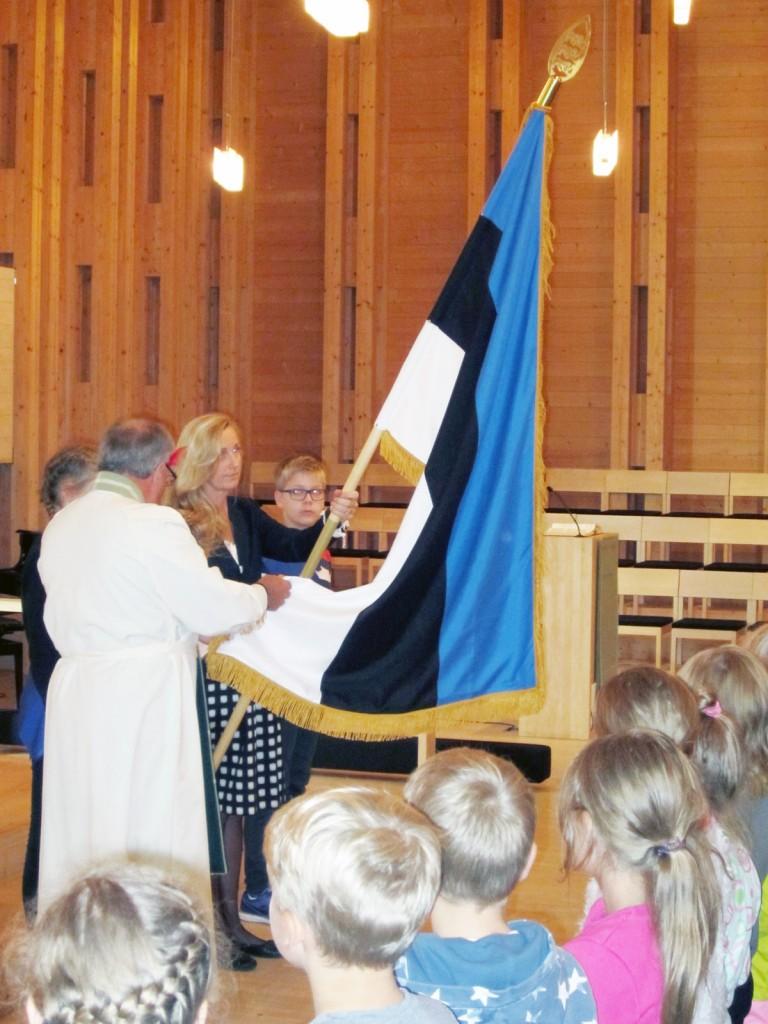 Helsingi Viikki kirikus pühitsetakse Latokartano põhikoolile kingitud Eesti lippu Foto erakogust