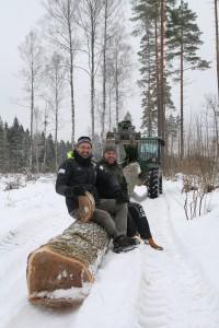 Emapuu vastupidavust katsetavad Ilmar Tamm MTÜ-st Raudlaeva Maja ja Lääne-Viru ettevõtja Ergo Eesmäe,