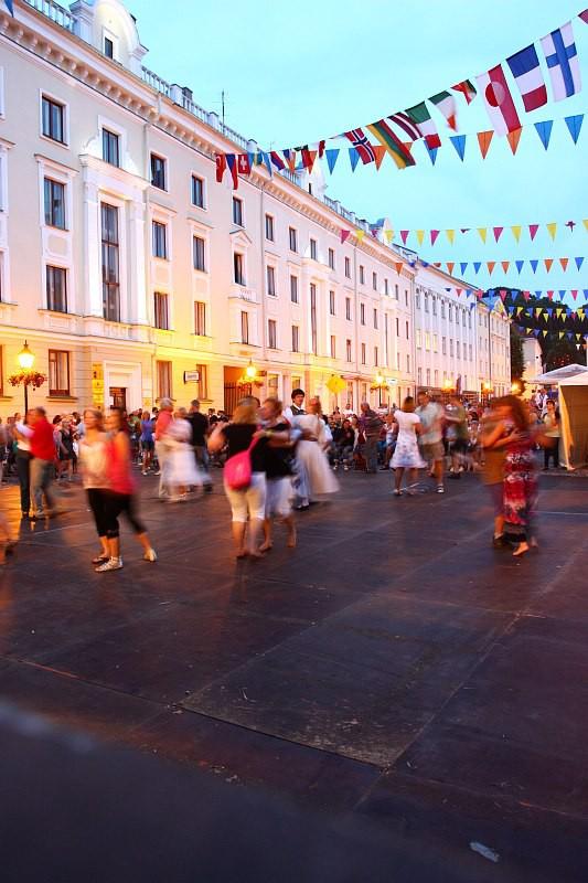 Tantsijad Europeade avaõhtul Raekoja platsil