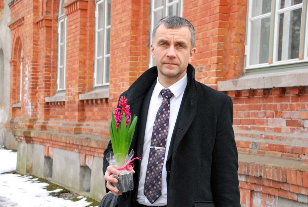 Ilmar Tomusk Sindi gümnaasiumi ees Foto Urmas Saard