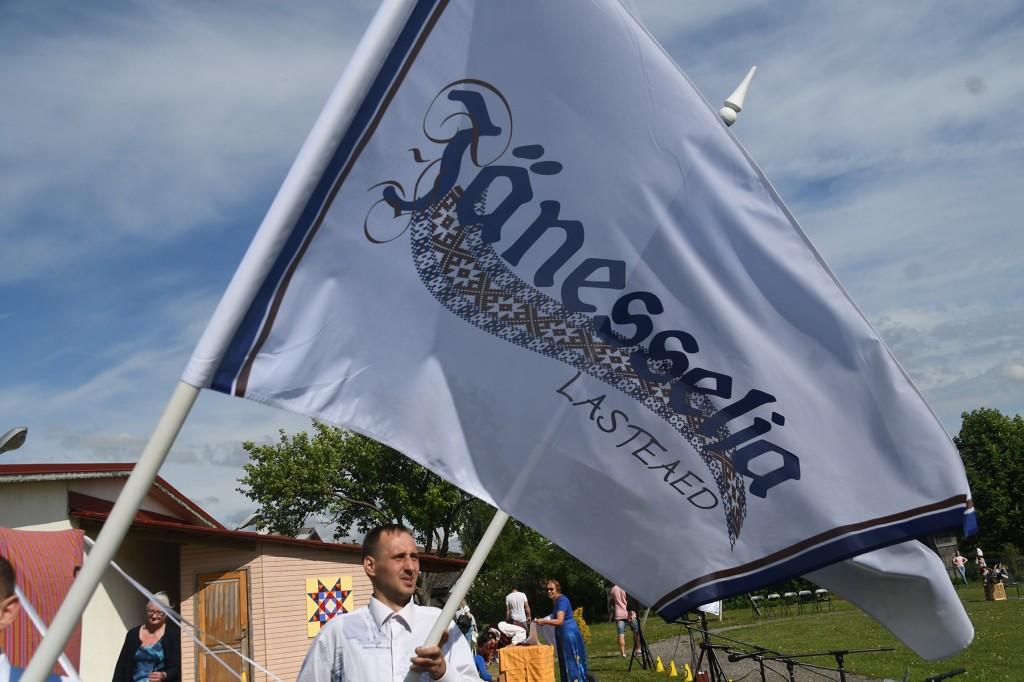 Jänesselja lasteaia laulu- ja tantsupeo rongkäigu ees liikunud lipp on jõudnud peopaigale. Foto Urmas Saard