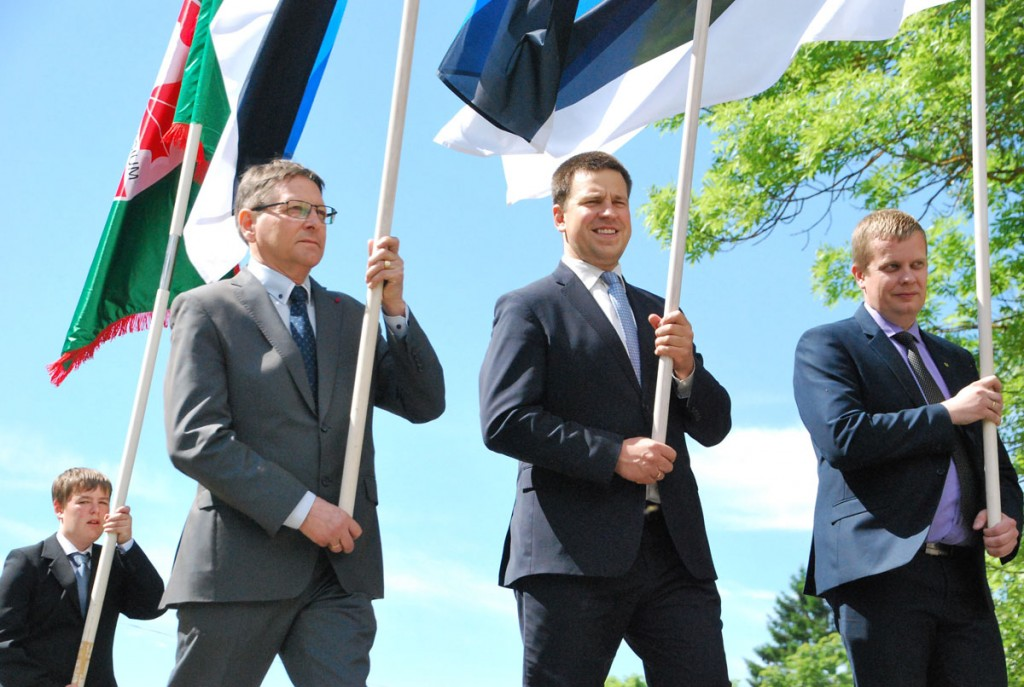 Jüri Trei, Jüri Ratas, Kalev Kaljuste lipu päeva rongkäigus Sindi linnas Foto Urmas Saard
