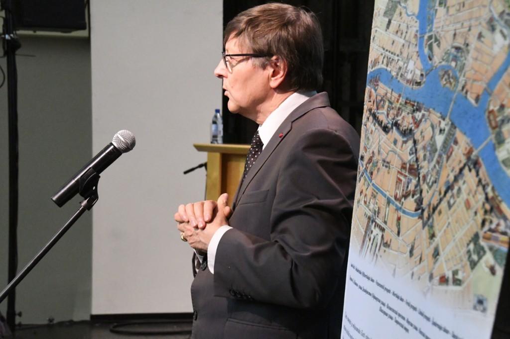 Jüri Trei esineb TÜ Pärnu kolledži väärikate ülikooli kuulajatele Foto Urmas Saard