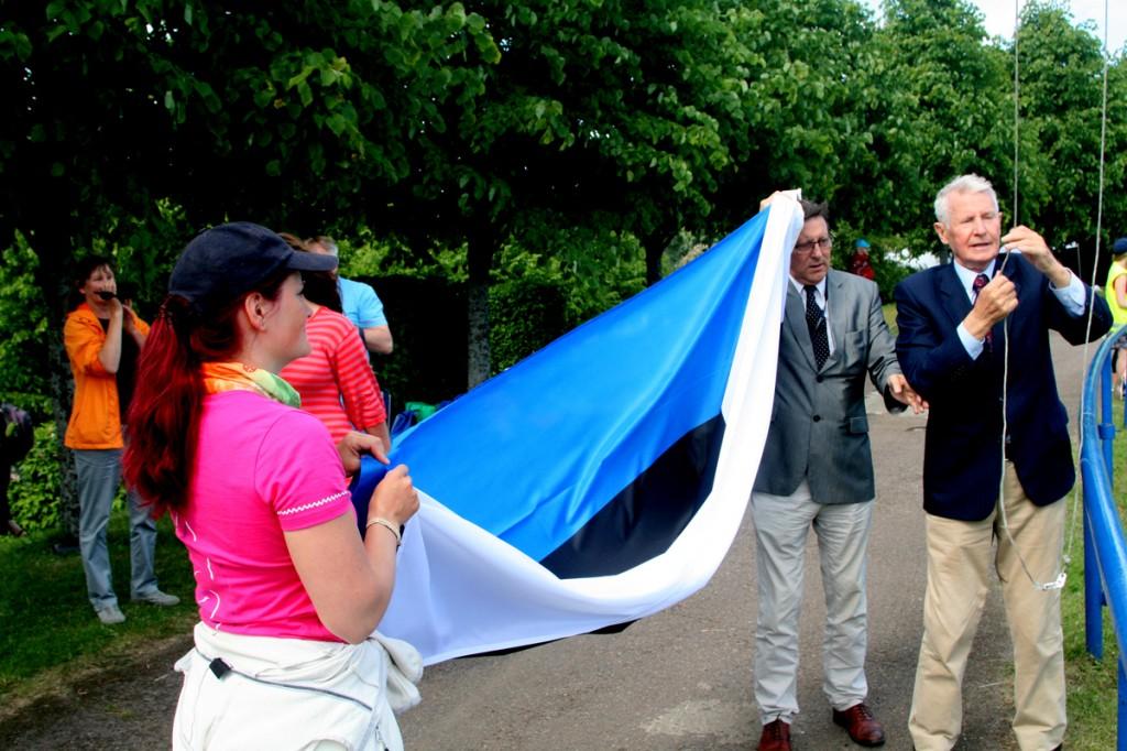 Jüri Trei ja Jüri Kraft heiskavad Kalevi staadionil lippu Foto Tõnu Aru