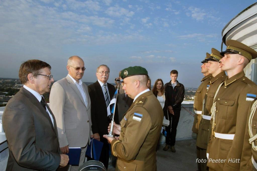 Jüri Trei kingib Pika Hermanni tornis major Martin Kukele sinimustvalge laualipu Foto Peeter Hütt