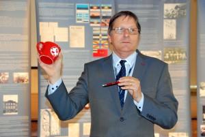 Jüri Treile kingitud Sindi gümnaasiumi logoga tass Foto Urmas Saard