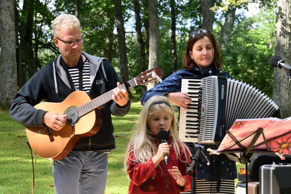 Jaano-Martin Ots, Ülle Ots ja Anna-Loore Ots, pereansamblis Rannarada, esinevad Sindi Kiriku pargis Foto Urmas Saard