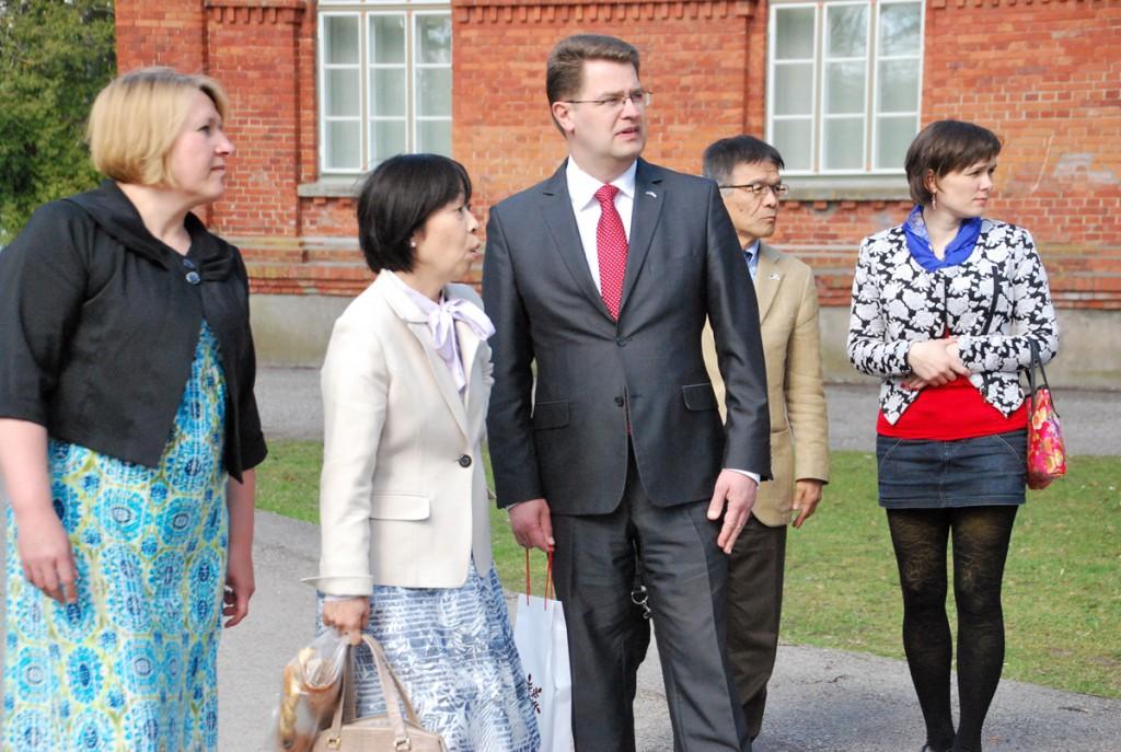 Jaapani suursaadik Yoko Yanagisawa jalutuskäigul Sindis (1 mail 2016), kus Marko Šorin tutvustab linnaajalugu Foto Urmas Saard