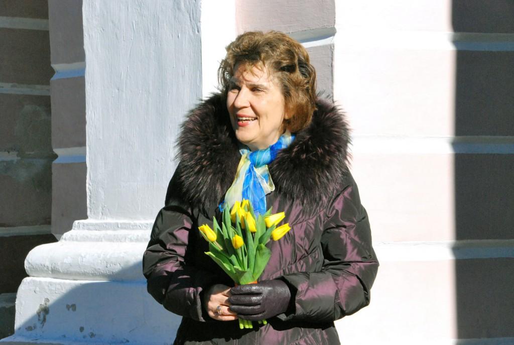 Jane Mets, Pärnu abilinnapea, tervitab kevadet, Lüdigi lauljaid ja linnarahvast Foto Urmas Saard
