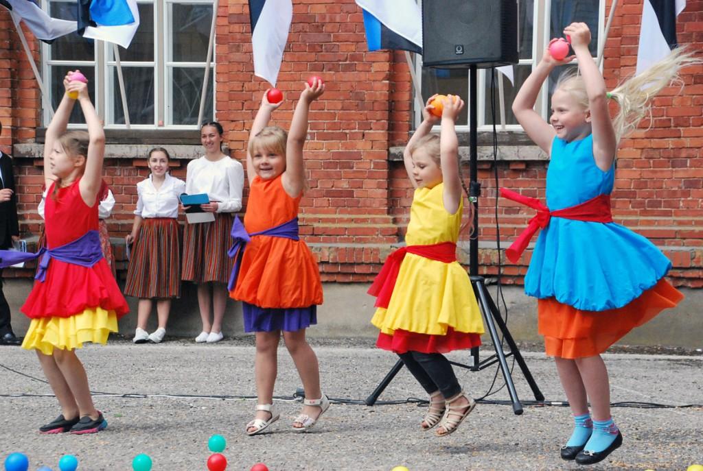Janne Ristimetsa laste loov- ja vabatantsukava Sindi gümnaasiumi õuel Foto Urmas Saard