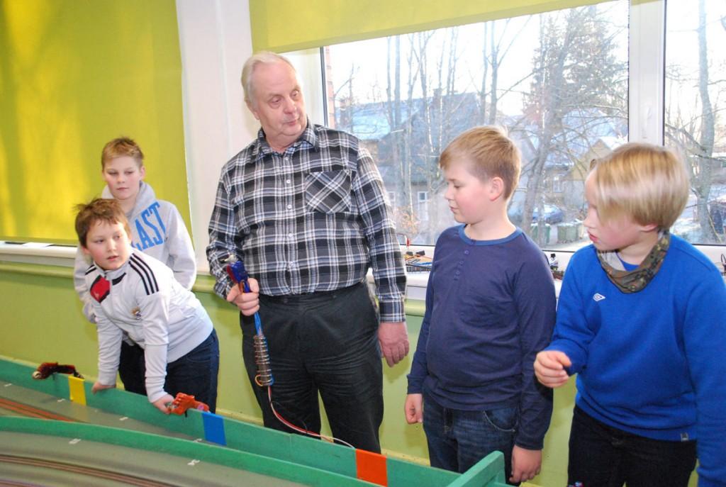 Johannes Mets tutvustab Sindi gümnaasiumi 3b õilastele juhtraja automudelismi Foto Urmas Saard