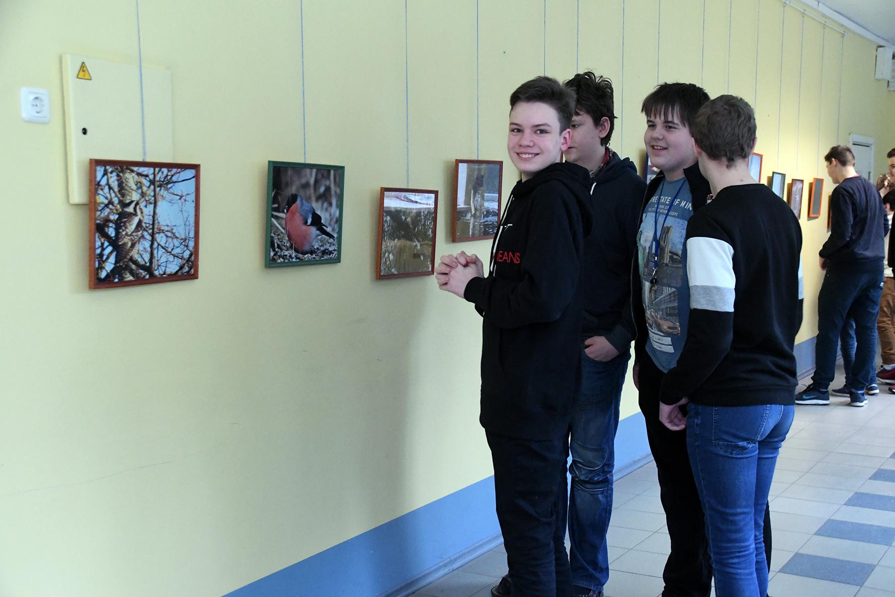 Joosep Ailiste tutvustab klassikaaslastele oma loodusfotode näitust Sindi gümnaasiumis. Foto Urmas Saard