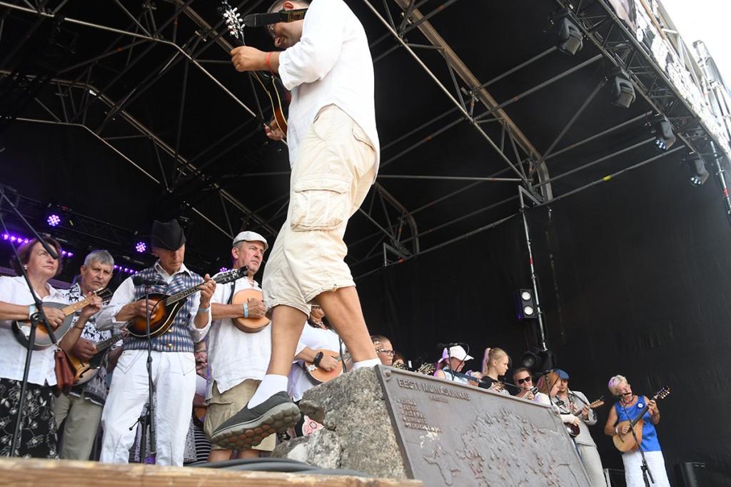 Joosep Sang saja mandoliinimängijaga Kaevumäe laval Foto Urmas Saard