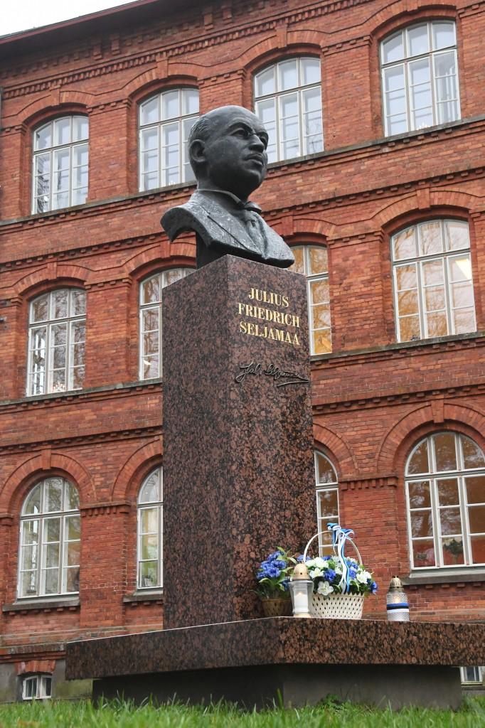 Julius Friedrich Seljamaa monument rahuläbirääkija sünnilinnas. Foto Urmas Saard
