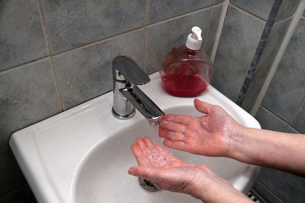 Käte pesemine seebiga peab kestma vähemalt 40 sekundit, mis on minimaalselt vajalik kestus pisikute eemaldamiseks naha pinnalt. Foto Urmas Saard