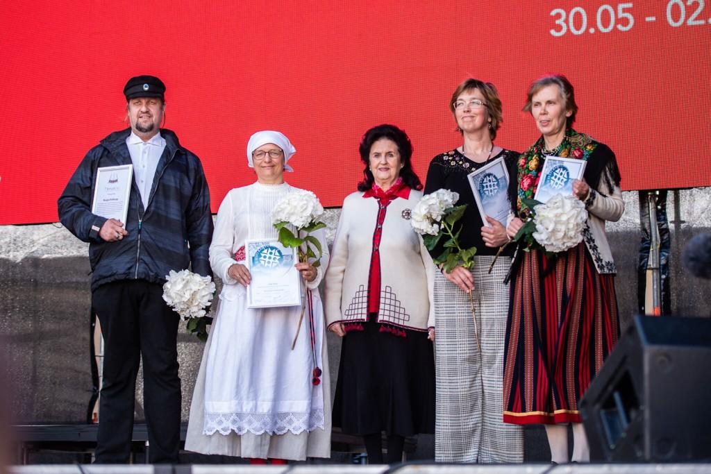 Kõik pärimuspreemiate laureaadid koos Eesti Folkloorinõukogu auliikme Ingrid Rüütliga. Foto Rene Jakobson