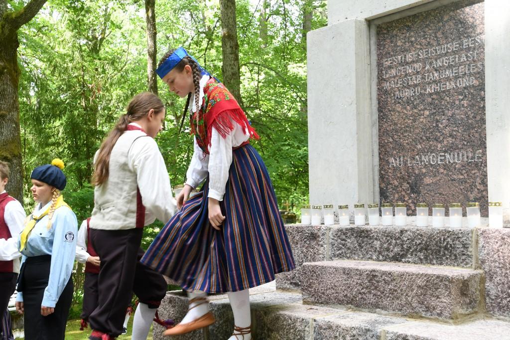 Küünlad Eesti vabaduse eest langenud Audru kihelkonna kangelaste mälestuseks. Foto Urmas Saard