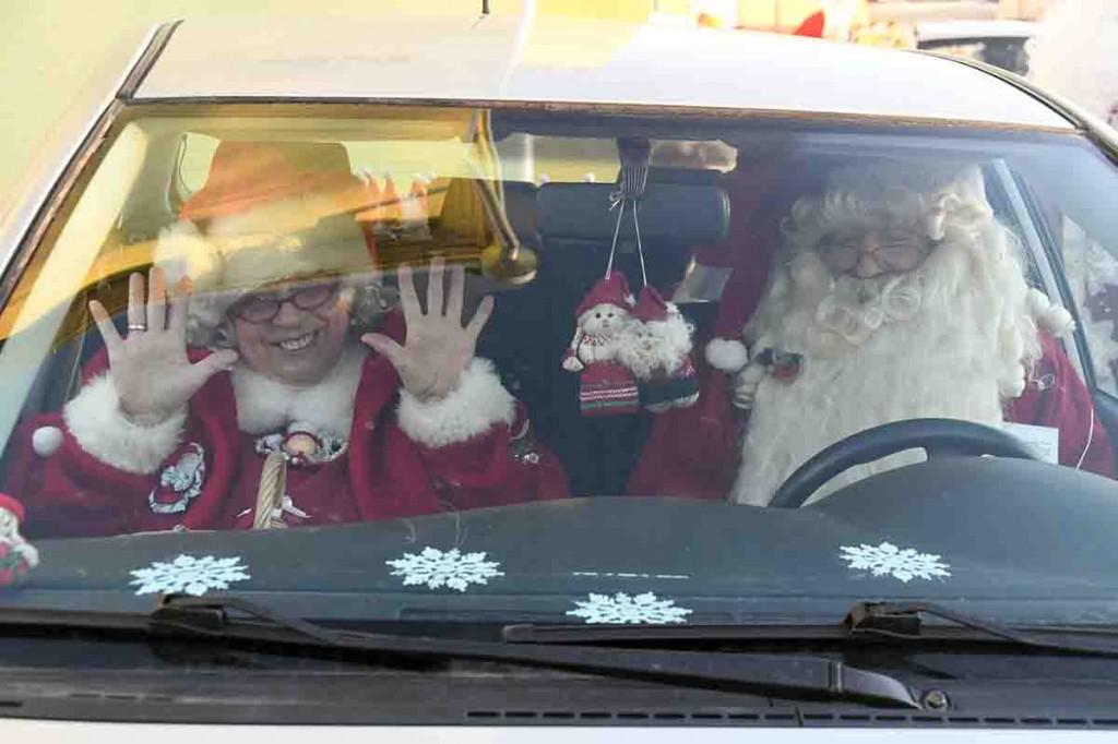 Külauudiste infoveski reporterile pakkus pikal Ülemaalise Jõuluvanade konverentsi teekonnal küüti jõulutaat Elmar ja Naima Kilingi-Nõmmest. Foto Urmas Saard