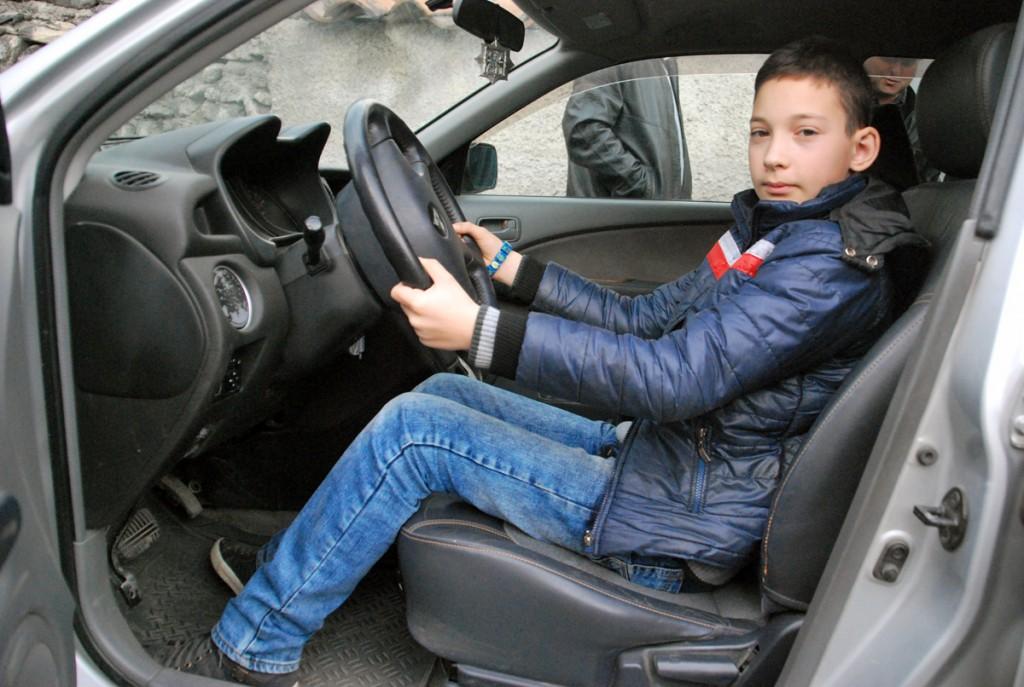 Kümneaastane Achi Avazashvili juhtis autot, millega tulime Kaukasuse ohtlikust piirkonnast välja Foto Urmas Saard