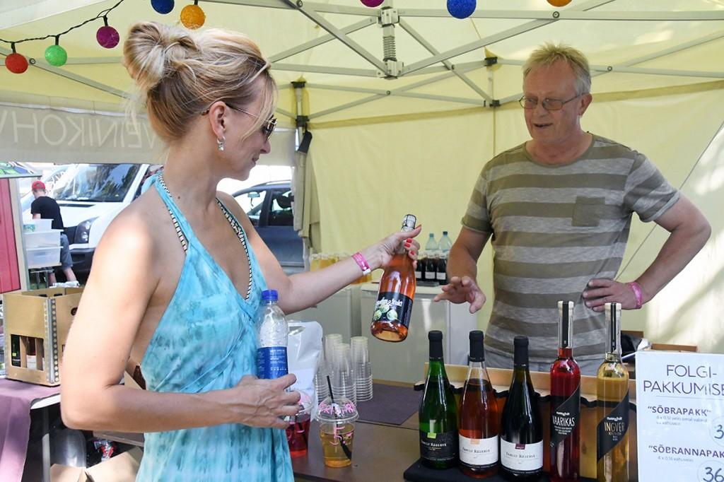 Kadi Elmeste tutvub Pärnumaal toodetavate veinidega, mille rohkust on märgatud üleriigiliseltki Foto Urmas Saard