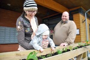 Kadri Kärg-Varris, Ronja ja Urmas Varris istutasid nädalavahetusel kohviku terrassipiirdele maitsetaimi Foto Urmas Saard