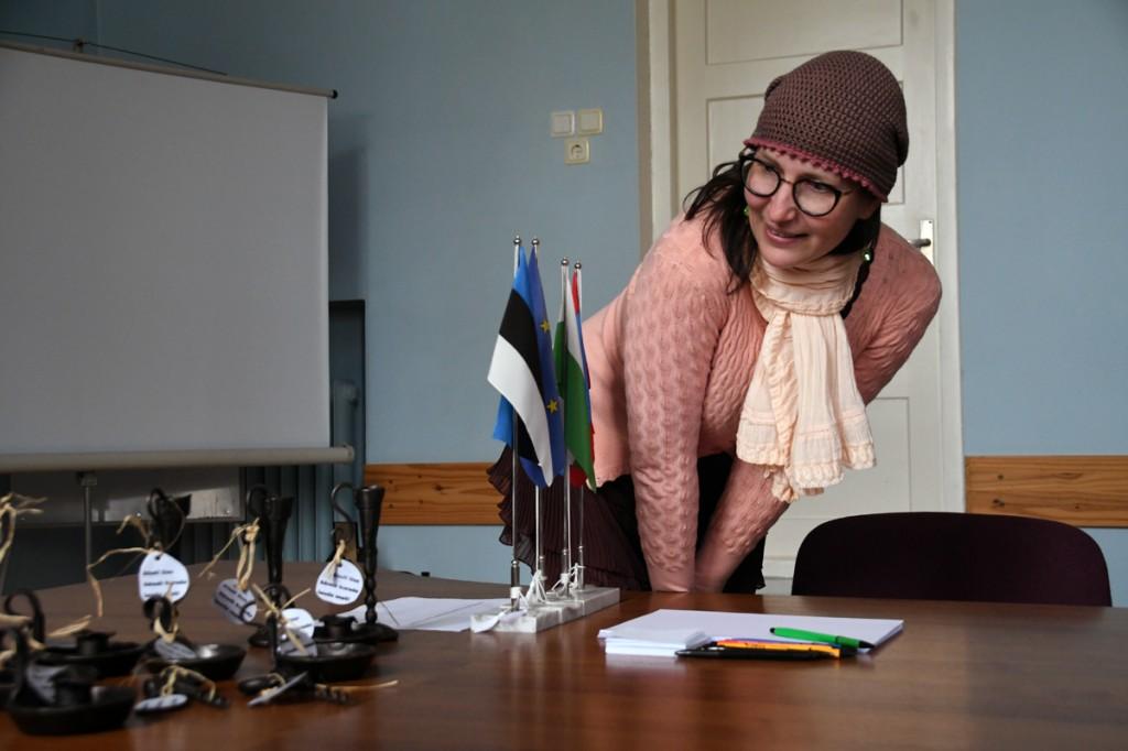 Kadri Kärg-Varris saab esimesena võimaluse valida endale Aleksei Vaštšenko valmistatud küünlajala Foto Urmas Saard