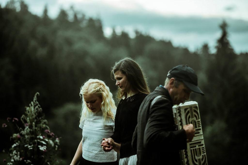 Kadri Lepasson (keskel) õpetab soovijatele pärimuslikke seltskonnatantse.