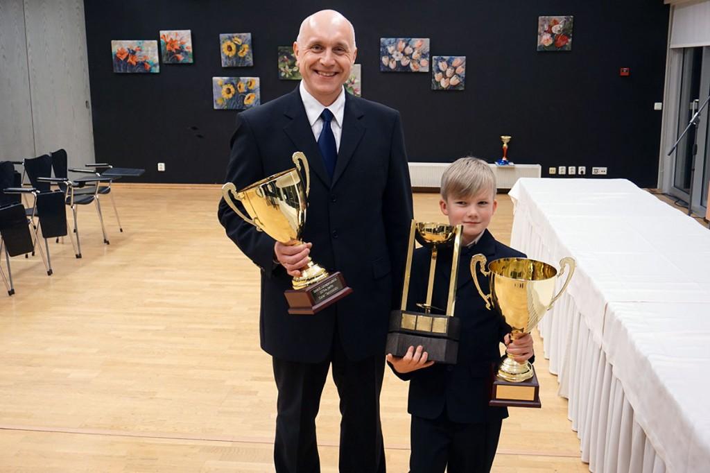 Kaiar Tammeleht ja parim juunior Benno Bert Põldäär mudelisportlaste 2018. a lõpugalal Tallinna botanikaaias