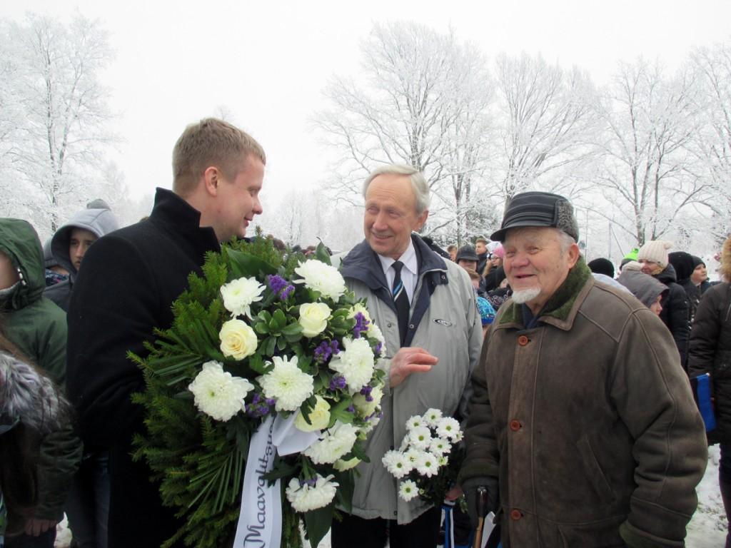 Kalev Kaljuste, Jaan Roosnurm, Hans Soll Tahkurannas Konstantin Pätsi mälestussamba juures presidendi 142 sünniaastapäeval Foto Tiina Tojak