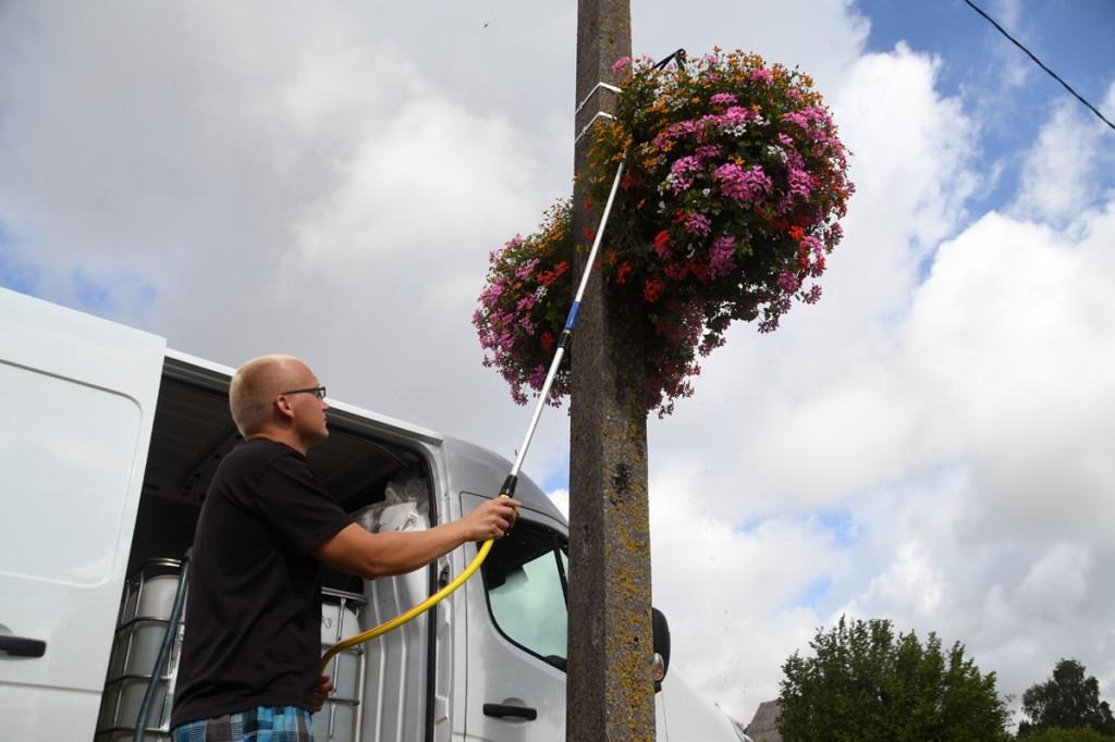 Kardo Kase kastab Sindit kaunistavaid lilleampleid Foto Urmas Saard