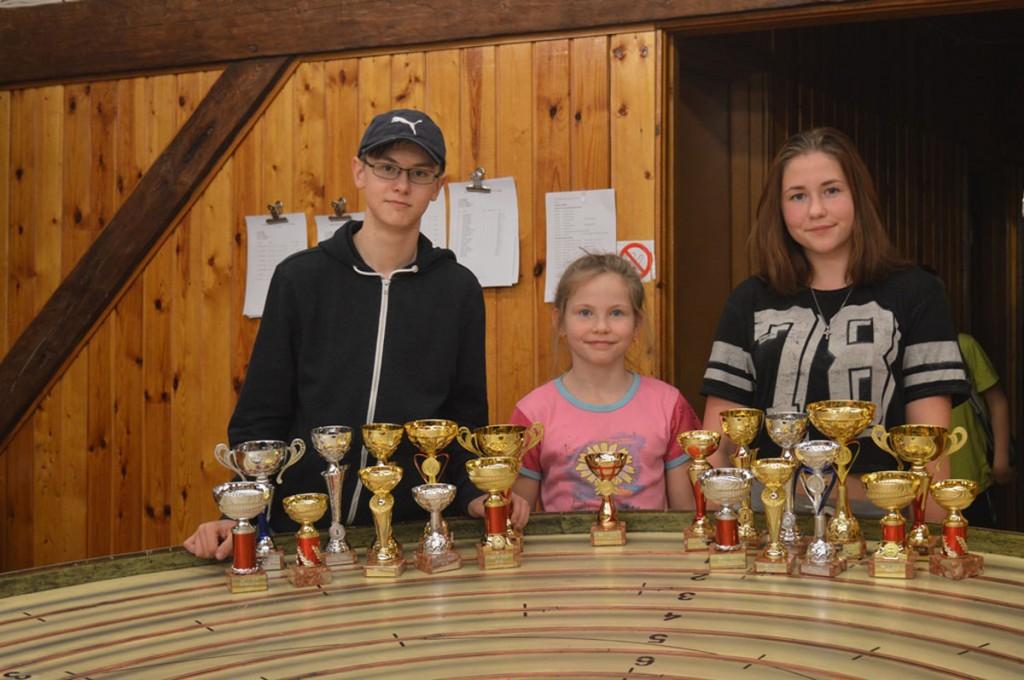 Karikavõitjad Pärnumaalt Andy Aron, Karin Mets, Karmen Mets