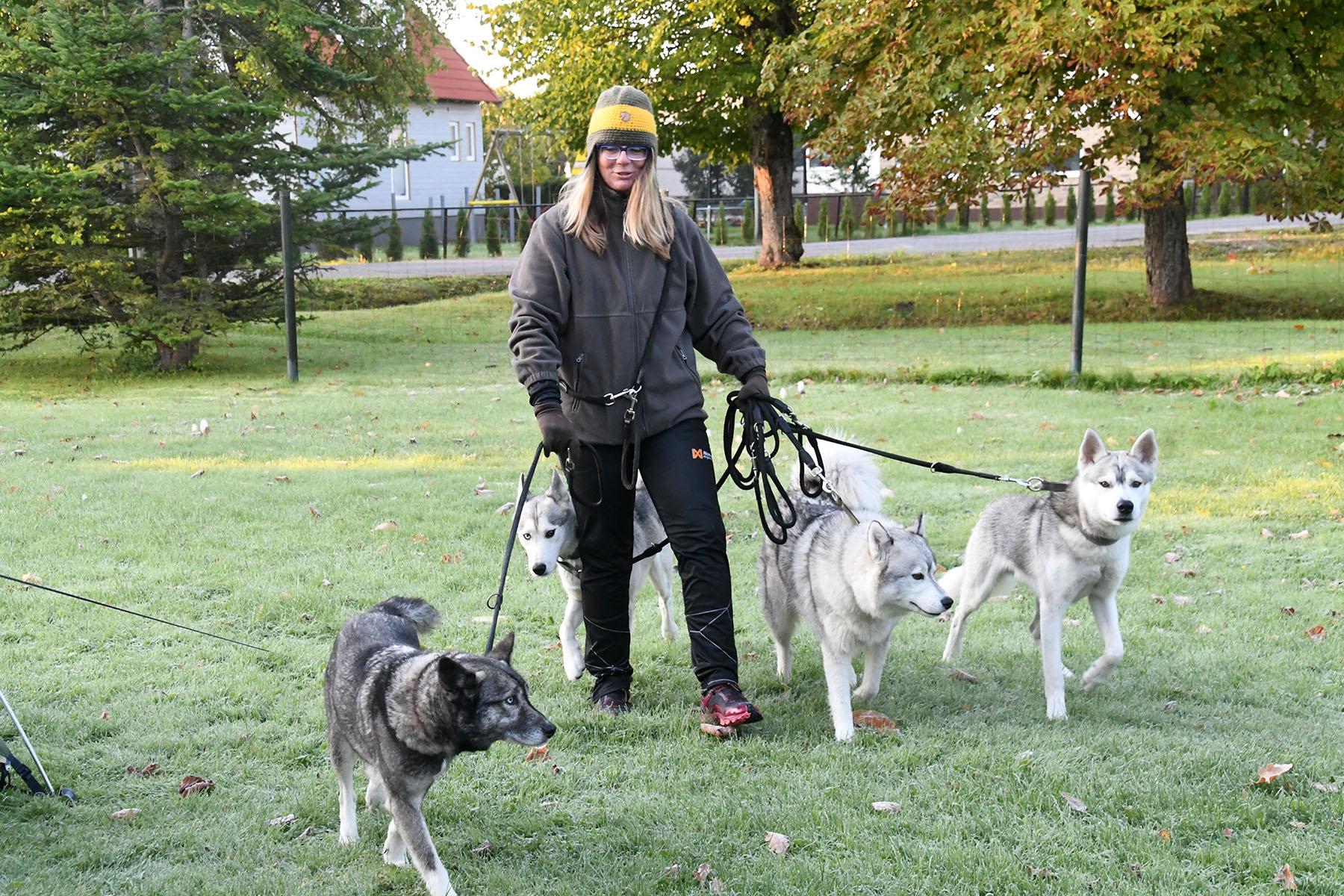 Kathrin Hoffmann peatub oma neljajalgsete seltskonnaga Sindis. Foto Urmas Saard