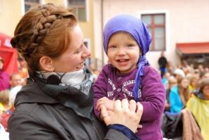 Katre Kaseleht ja tema tütar Sänni Lee XXIII Viljandi pärimusmuusika festivalil muuseumi hoovis Foto Urmas Saard 3