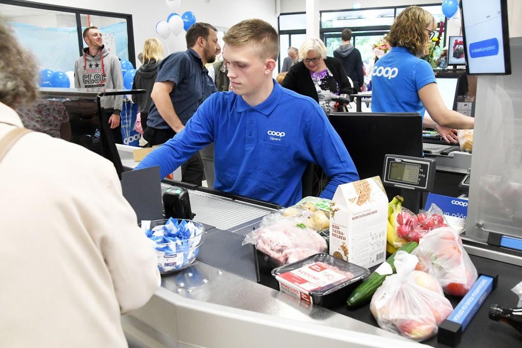 Kaubanduskeskustes jäävad avatuks toidupoed. Foto Urmas Sard