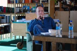 Kaupo Meiel Port Artur 2 kohvikus kirjandustundi pidamas Foto Urmas Saard