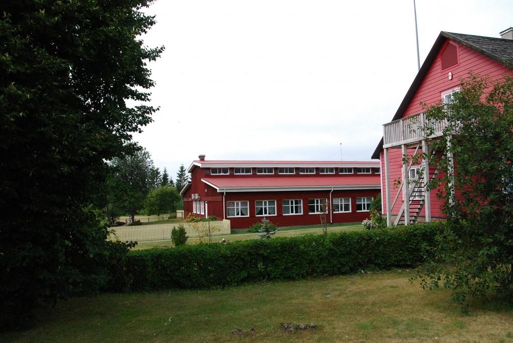 Kihnu kooli hoone (tagaplaanil). Foto Urmas Saard