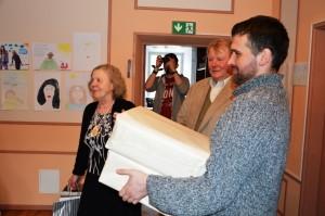 Üle andmas kingitust Vigala piimatööstuselt hiidlastele.
