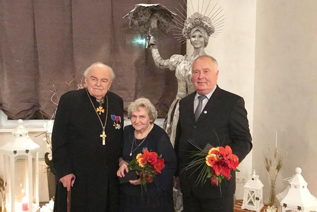 Kirikuõpetaja Eenok Haamer, tema abikaasa Eha Haamer ja kauaaegne Mustvee koolijuht Jaan Rahuküla. Foto Janne Karu
