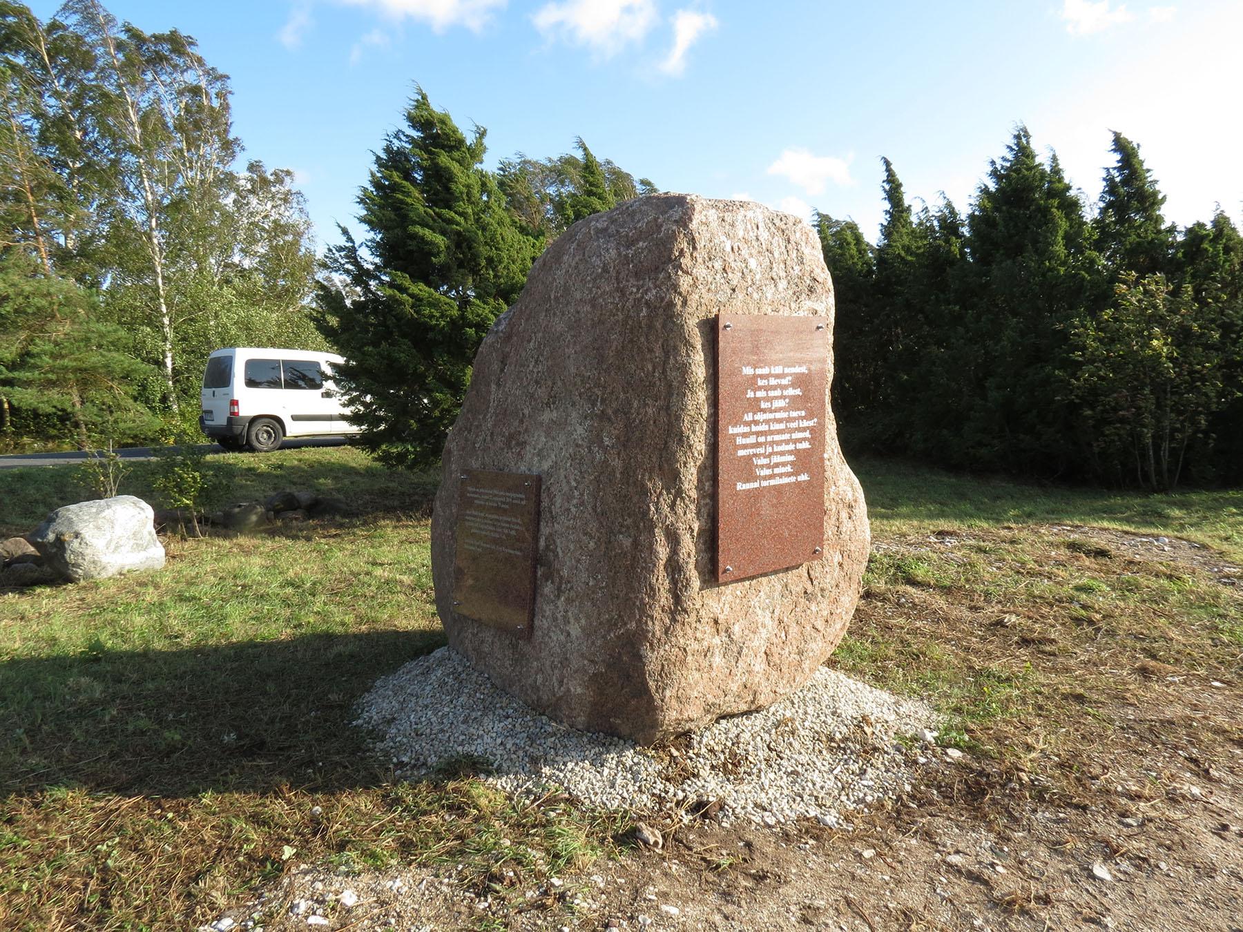 Kivi Puise rannas paadipõgenike mälestuseks. Foto Arnold Aljaste