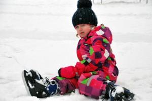 Kolmeaastane Anette esimest päeva uiskudel Foto Urmas Saard
