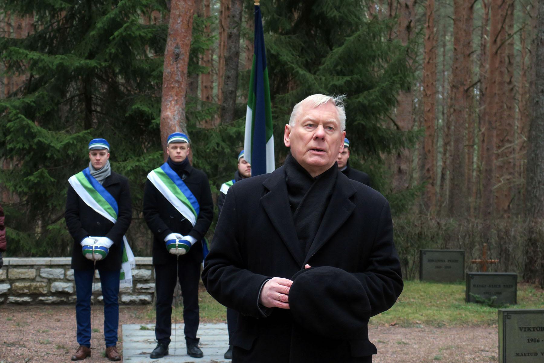 Konstantin Pätsi Muuseumi esimees Trivimi Velliste kõnelemas presidendi surma-aastapäeval 18. jaanuaril tema haual Tallinna Metsakalmistul. Foto H. Tooming