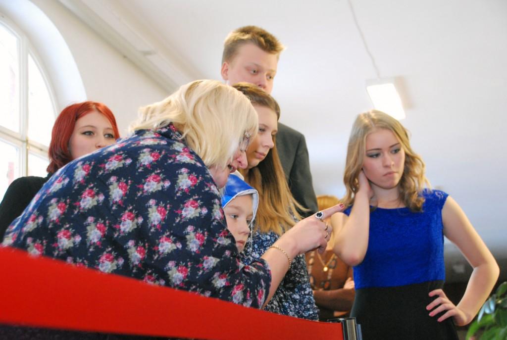 Konverentsil esinenud õpilased ühes õpetaja Eneli Arusaarega kolme  Winteri maali vaatamas Foto Urmas Saard