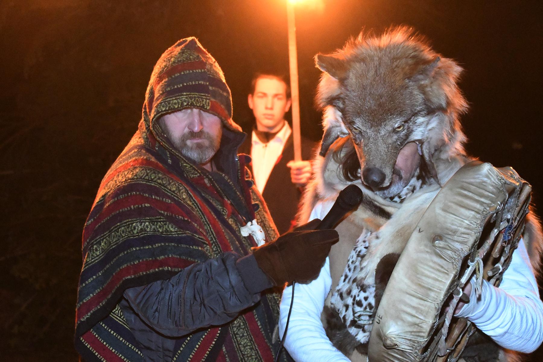 Kotkasulg šamaanitrummiga Paikuse esimesel talvisel tantsupeol. Foto Urmas Saard